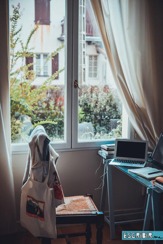Mi escritorio en Biarritz, desde donde lo empecé a escribir