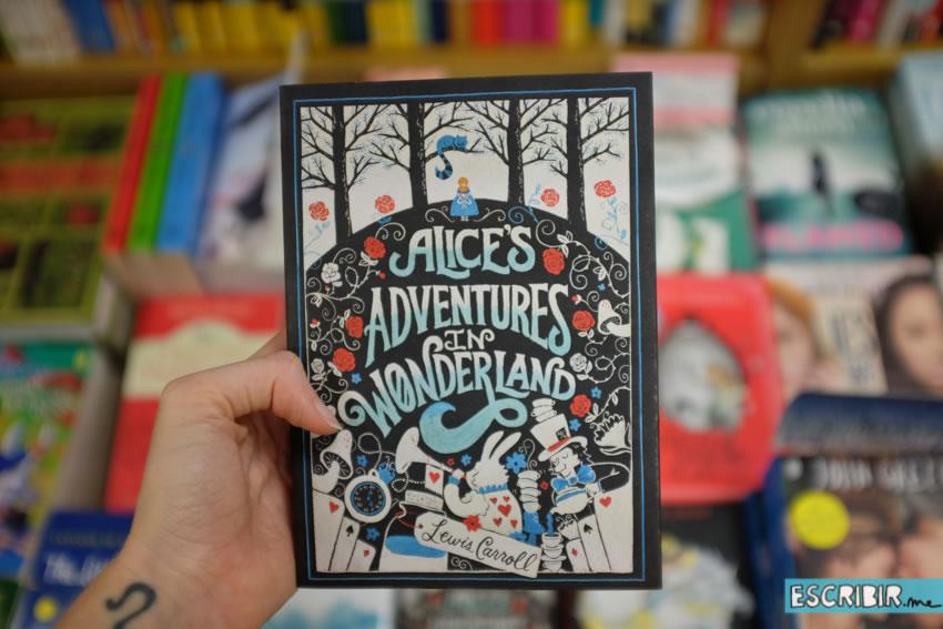 Me gustó mucho esta edición de Alicia en el país de las maravillas